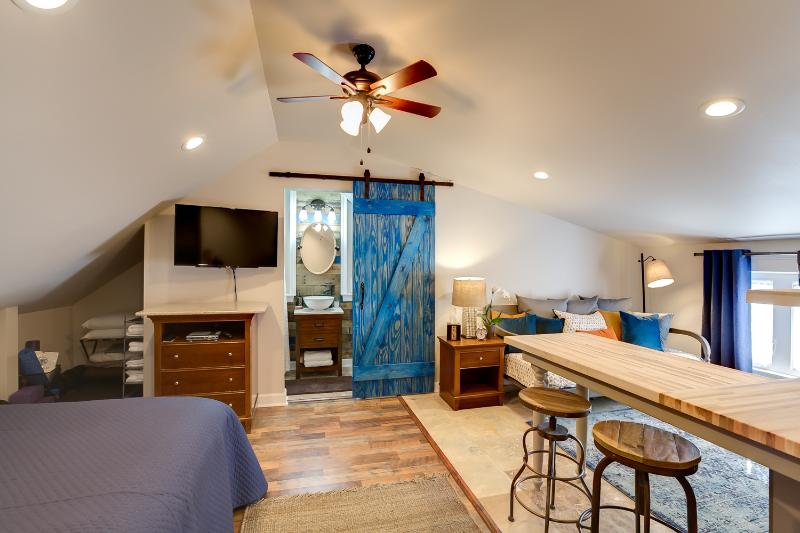 Barndoor Chic Fully Funished Studio- Mandeville, holiday rental in Covington