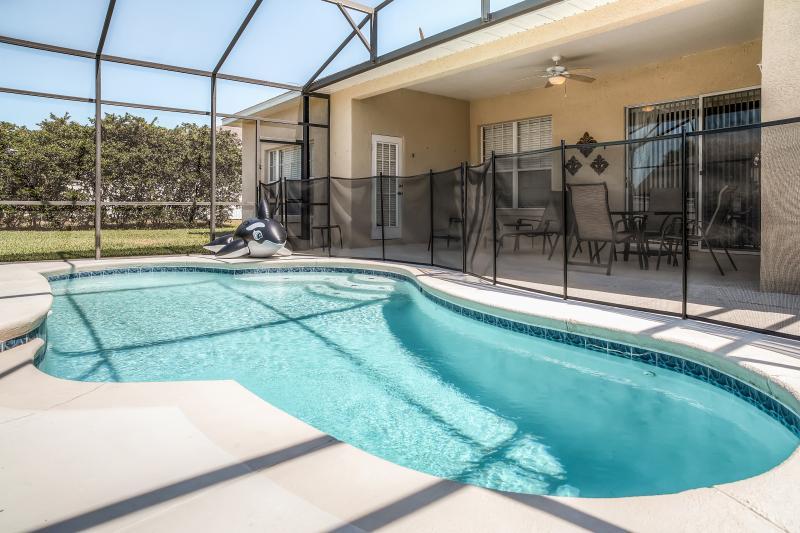 Verbringen Sie schöne Tage am abgeschirmten in privatem Pool zu faulenzen.