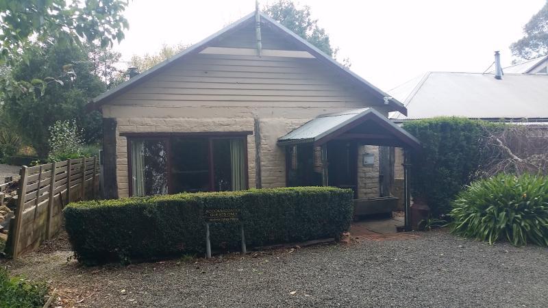 Blerick Country Retreat - Mudbrick Cottage, location de vacances à Neerim South