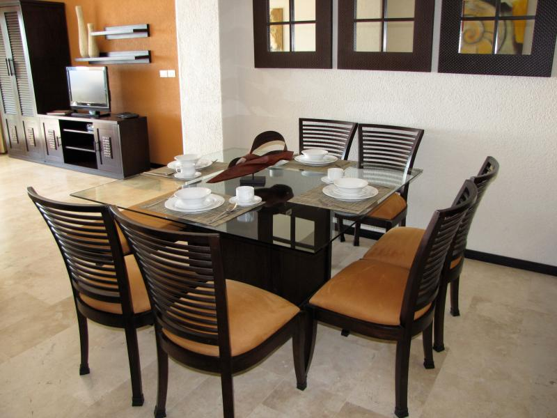 Seating for 8 at the dining room table.  Flat-screen TVs (DVD player) in living room and bedrooms