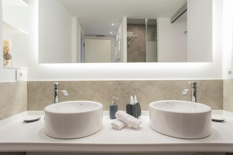 Bathroom (shower and toilet in magazines).