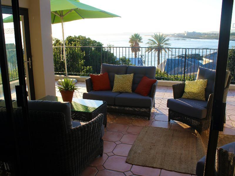 Ce patio ferme entièrement vous permettant de profiter de vues tout en profitant du soleil même avec le vent