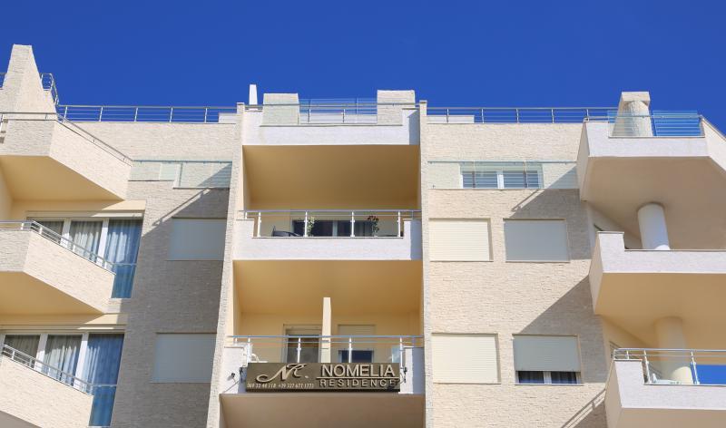 Nomelia Residence ndodhet ne katin e 5-6 te nje pallati.Pamje nga deti fantastike.