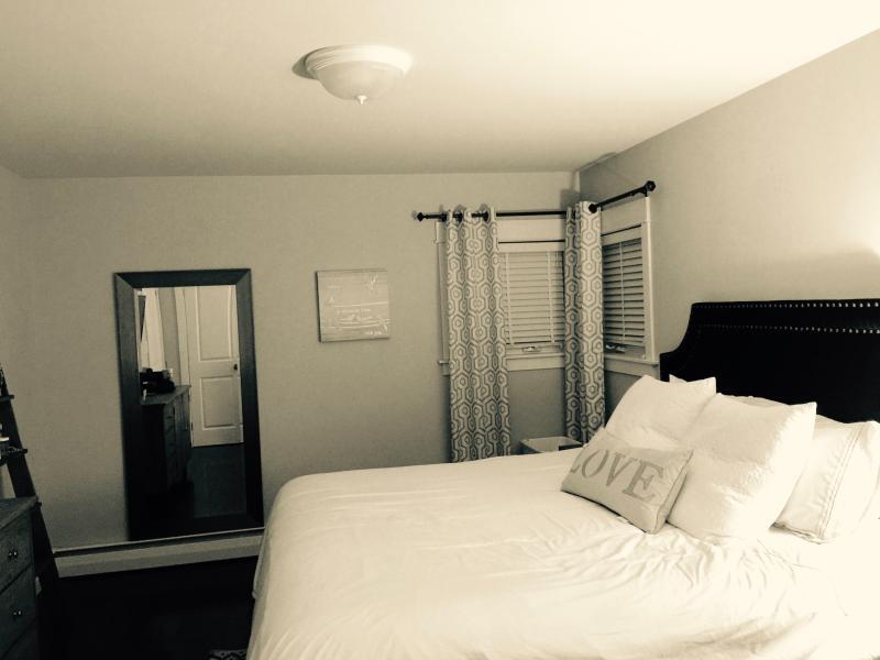 king size quarto 2 roupeiros, smart tv, cômoda, espelho de corpo inteiro, de banho casa de banho completa