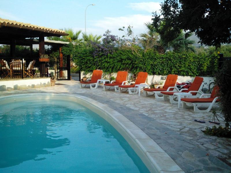 Villa 11 posti al mare con Piscina Privata Trapani, vacation rental in Tonnara di Bonagia