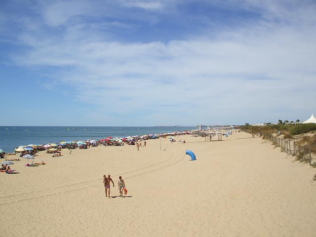Magnifica playa Islantilla, con su fina y blanca arena, bandera azul, socorristas y vigilantes