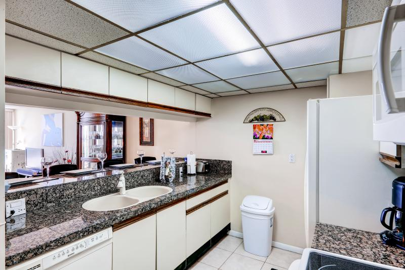 Full kitchen for preparing meals and snacks