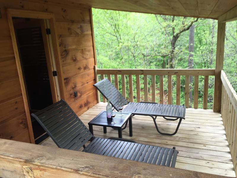 la cubierta dormitorio principal con tumbonas para mayor comodidad.