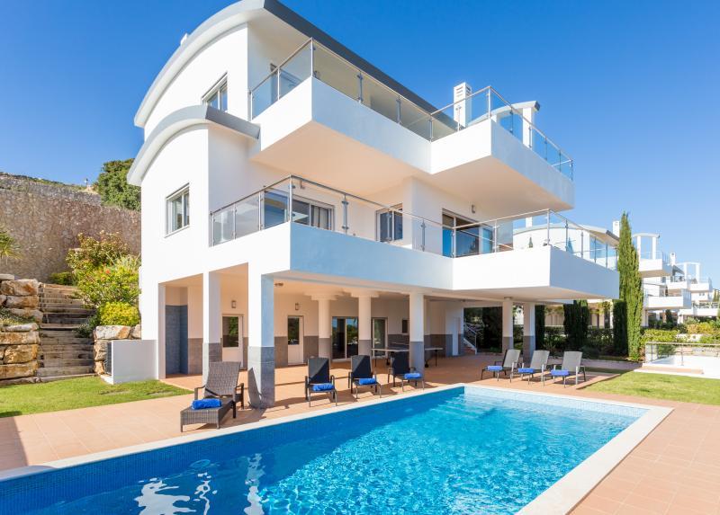 Very large luxury villa - heated pool & sea views, holiday rental in Salema