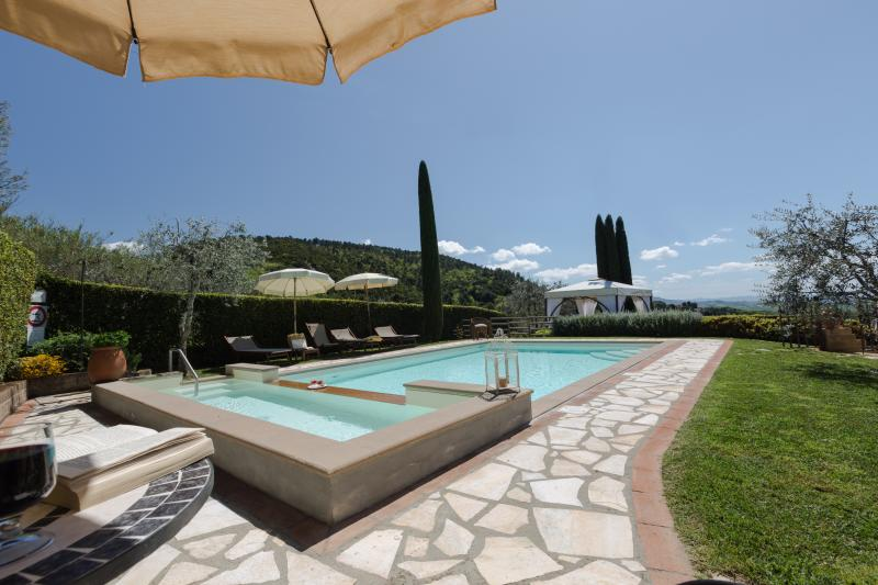 Villa in the town of Iano, 4 bedrooms with 4 bathrooms, A/C, Wi-Fi, private pool, alquiler vacacional en Montaione