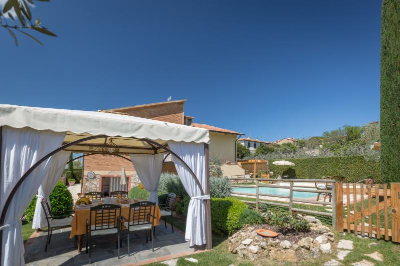 Villa walking distance from the village of Iano. Sleeps 8 pax, A/C, Wi-Fi & pool, holiday rental in Palagio