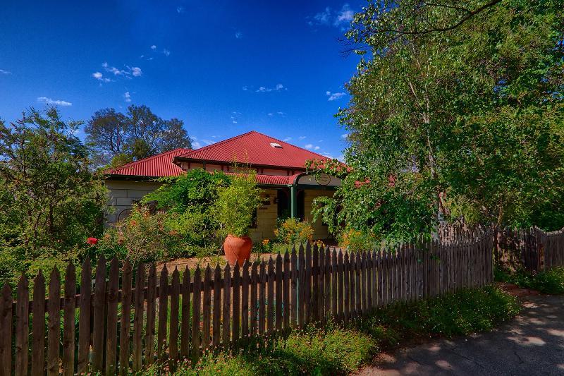 A fabulous country retreat located in central Benalla. Come explore Benalla's many treasures.