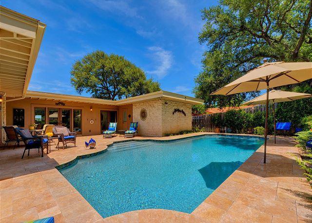 Opulent Lake-View Estate w/ Delightful Outdoor Oasis & Pool, alquiler de vacaciones en Lakeway
