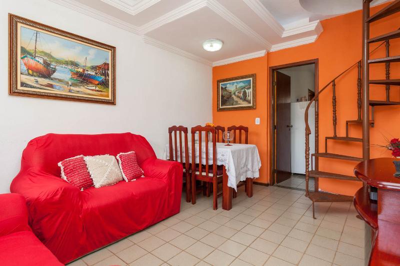 Sala no 1º andar: 2 sofás de 2 lugares, mesa com 4 cadeiras, Tv a cabo, ventilador de teto
