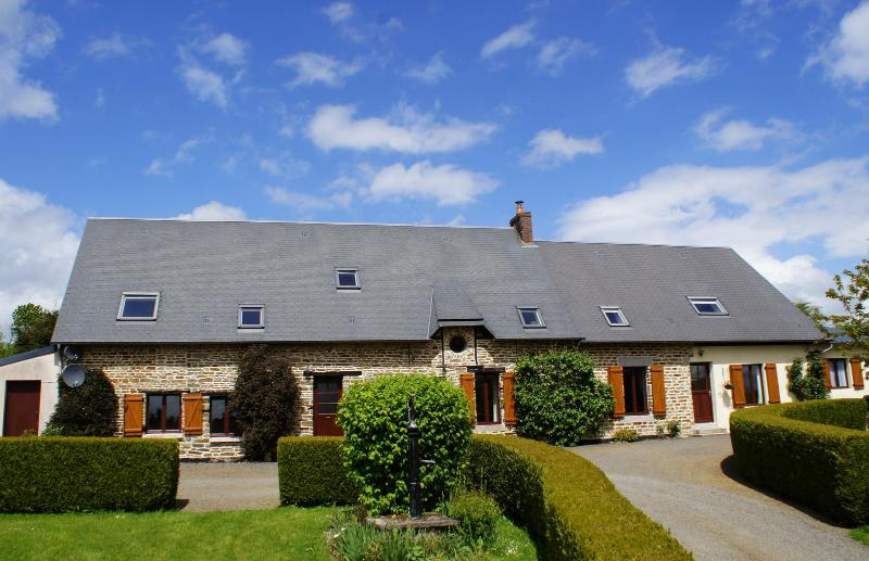 Beautiful peaceful gite with pool, location de vacances à Le Bény-Bocage