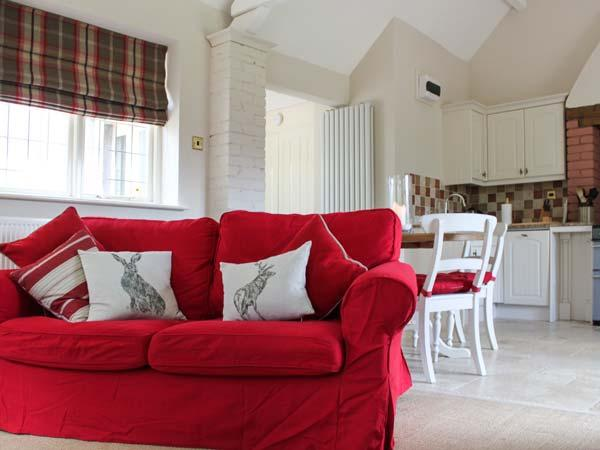 STAPLEDON LODGE, pet friendly, luxury holiday cottage, with open fire in East, vacation rental in Knowstone