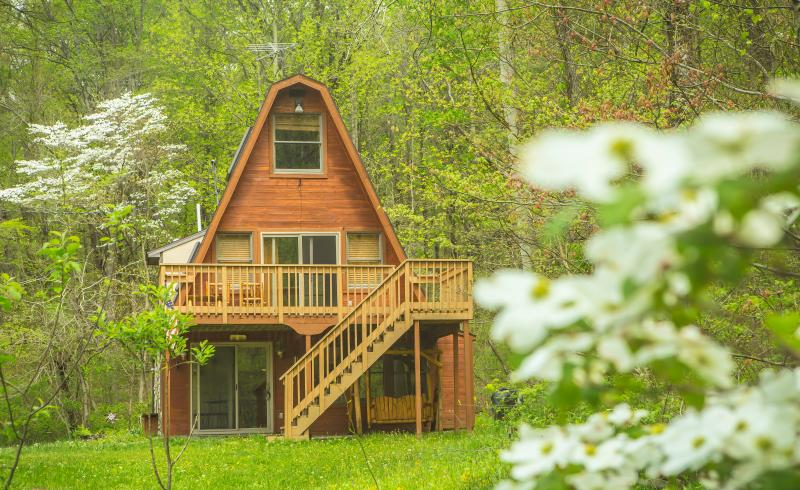 Country Cabin, Close to Old Man Cave with WiFi, Pond and Walk Trail, vacation rental in Logan