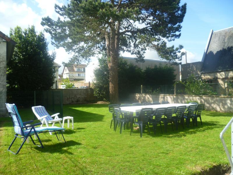 Gîte avec jardin, à 100m de la plage, holiday rental in Grandcamp-Maisy