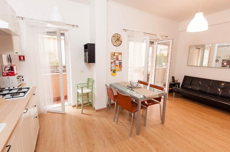 soggiorno con cucina a vista e balcone