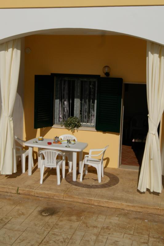 veranda con tavolo e sedie, spazio esterno ad uso esclusivo con posto auto
