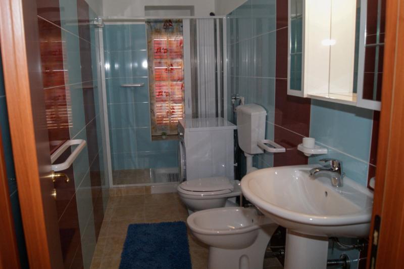 bagno completo con doccia e lavatrice