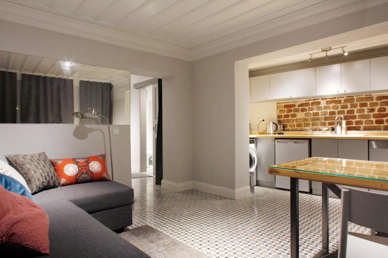 piastrelle in pietra stile originale, cucina di lusso, soffitto in legno