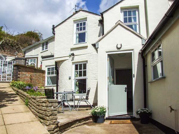 MAY TREE COTTAGE, pet-friendly cottage, sunny patio, close to walks and, holiday rental in Cradley