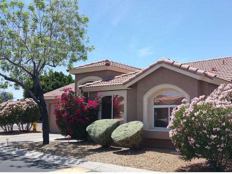 BEAUTIFUL 3 BED/2BATH QUALITY HOME IN GATED COMMUNITY /POOL/SPA, alquiler de vacaciones en Mesa