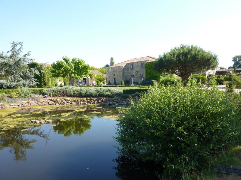 Gîte de charme dans parc floral de 1 hectare, location de vacances à L'Aiguillon-sur-Vie