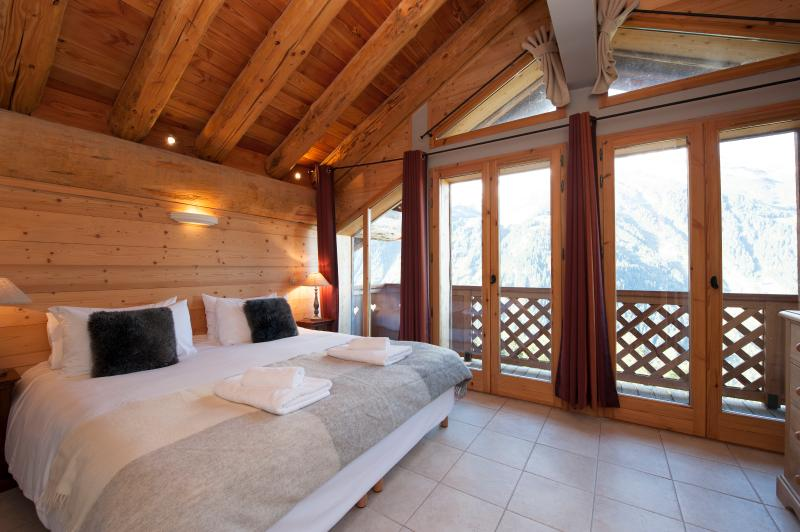 The double/twin bedroom upstairs offers balcony access with spectacular view across the valley.