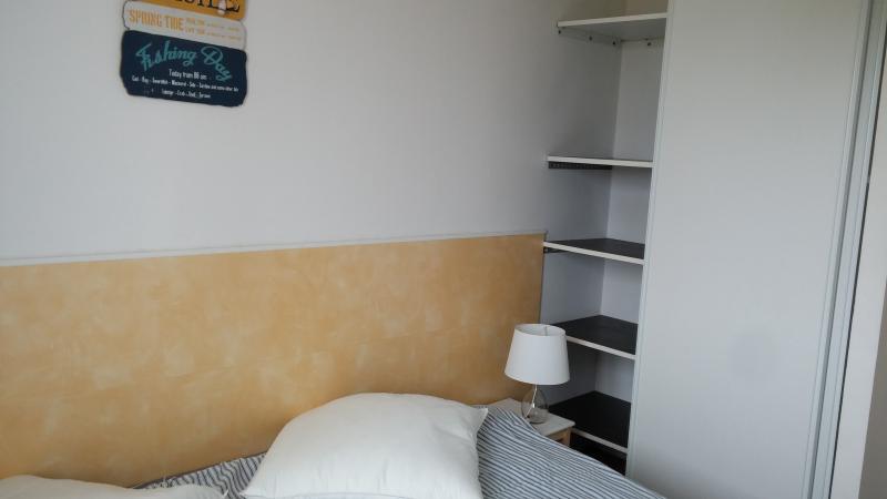 petite chambre jaune avec lit 180X190 et placard