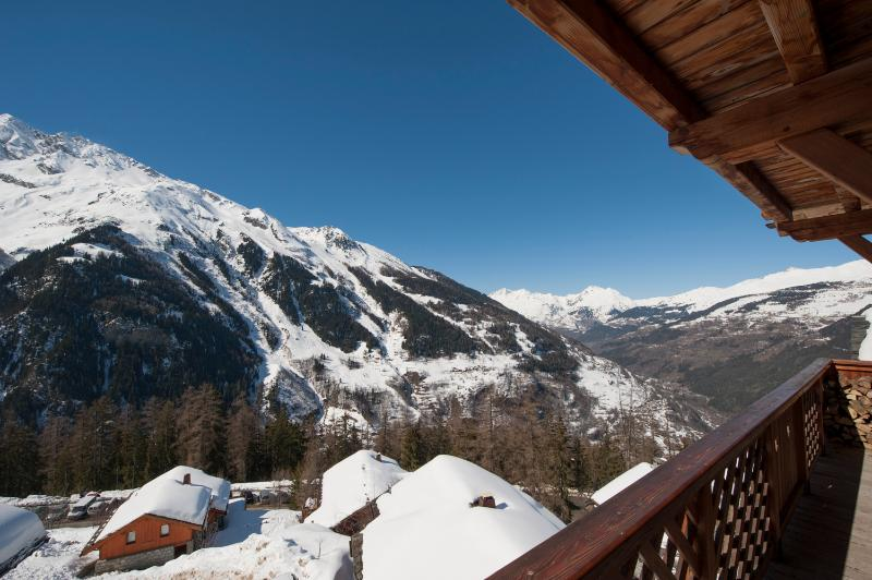 With views also down the valley, the balconies in L'Ourse de Savoie offer true panoramic views.