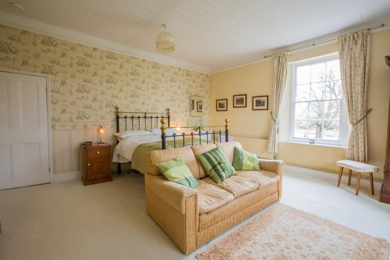Fyfield Manor B and B Victorian Bedroom, holiday rental in Wallingford