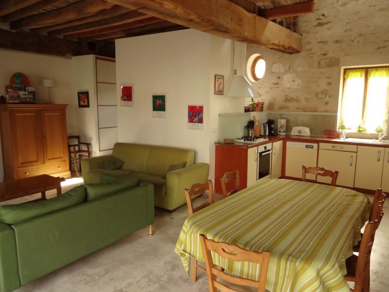 Eetkamer en een volledig uitgeruste open keuken naar de woonkamer