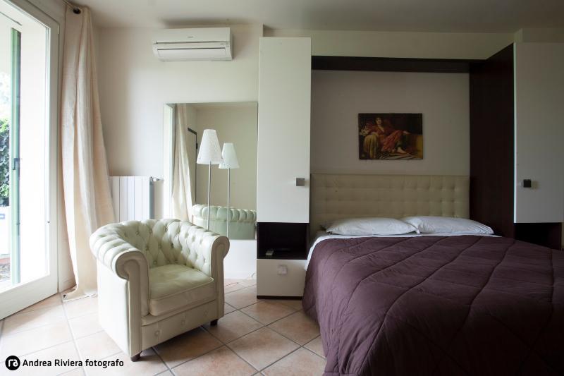 Loft Modern City Center parking free, alquiler de vacaciones en Brescia
