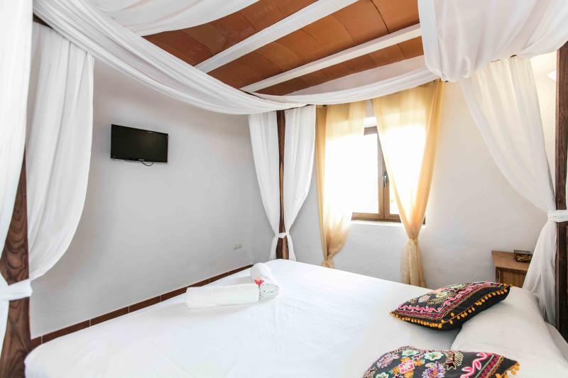 Bedroom 6, ensuite- guesthouse