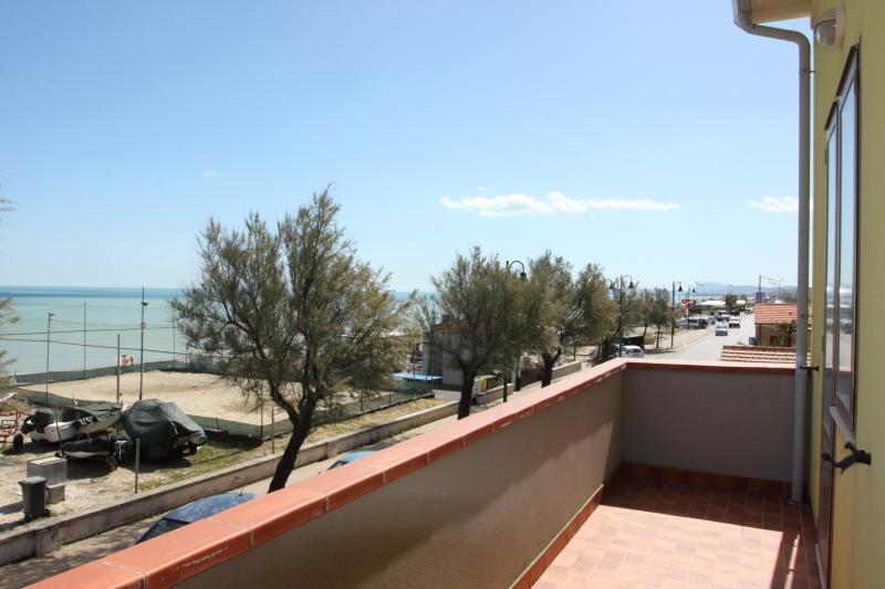 Appartamento con balcone sul mare, holiday rental in Marzocca