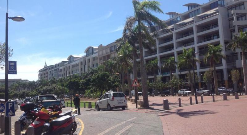 Contemporary Three bedroom apartment set in the heart of Umhlanga Ridge
