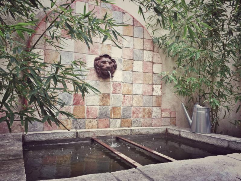 La fontaine dans le patio