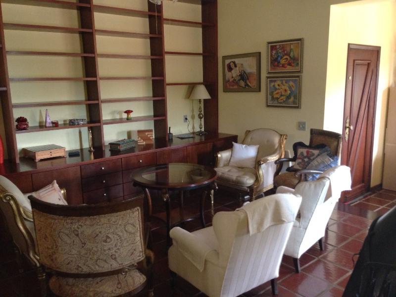 Sala de estar com lareira da casa