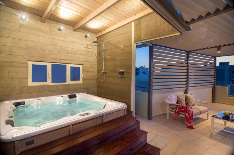 a rooftop indoor heated spa bathtub (Jacuzzi)