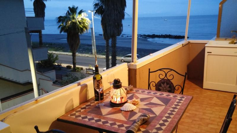 Vista dal balcone adiacente alla cucina. Lungomare Fondachello, spiaggia libera con ciottoli