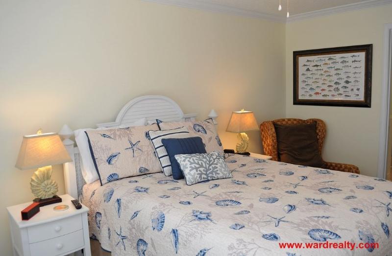 North Streetside Bedroom w/ Queen