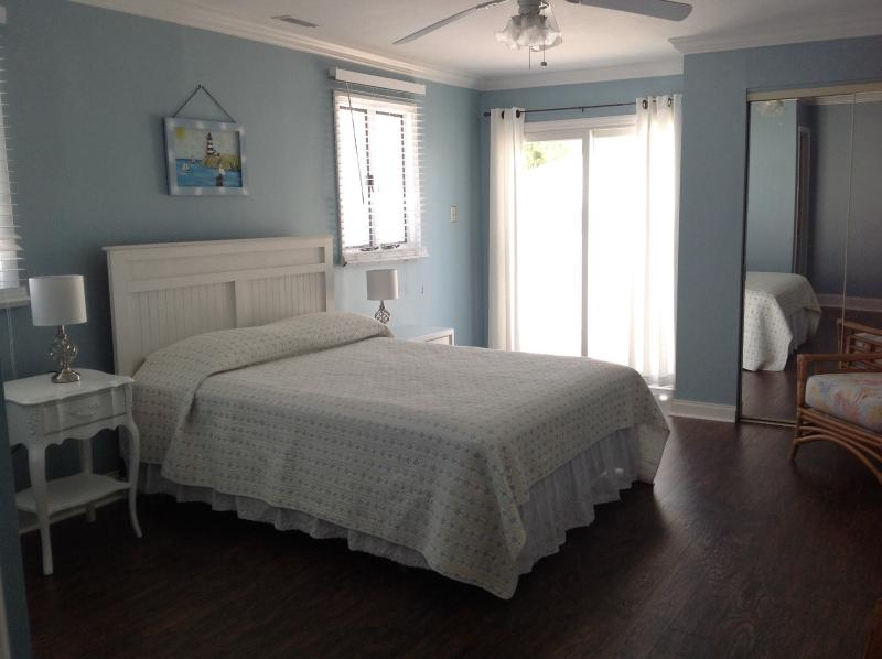 Lovely Spacious Master Bedroom - Bright - sliding glass doors to the private patio