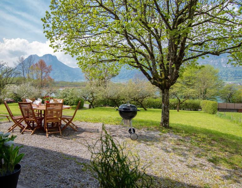 Lac d'Annecy, Chalet 50m du lac avec jardin privé, holiday rental in Doussard