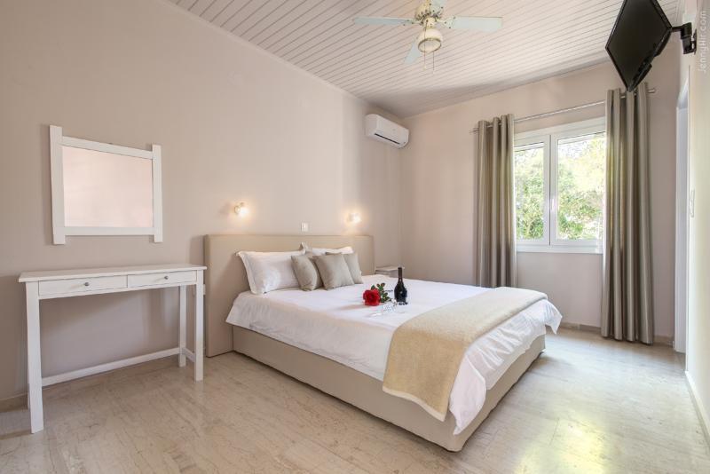 2 BEDROOM VILLA, holiday rental in Astrakeri