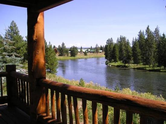River's Edge Cabin-The perfect location for your reunion with family, friends or a corporate retreat