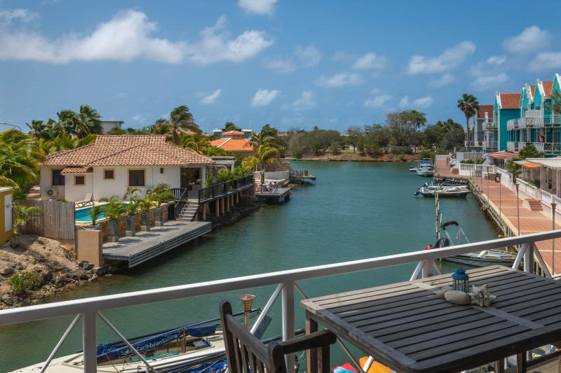 Adorable Affordable Apartment on Water - Pool WiFi, aluguéis de temporada em Bonaire