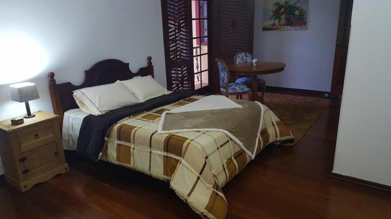 Suíte 4- cama queen, banheiro e sala de TV