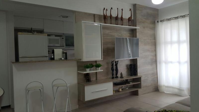 Sala de Estar com cozinha ao fundo.